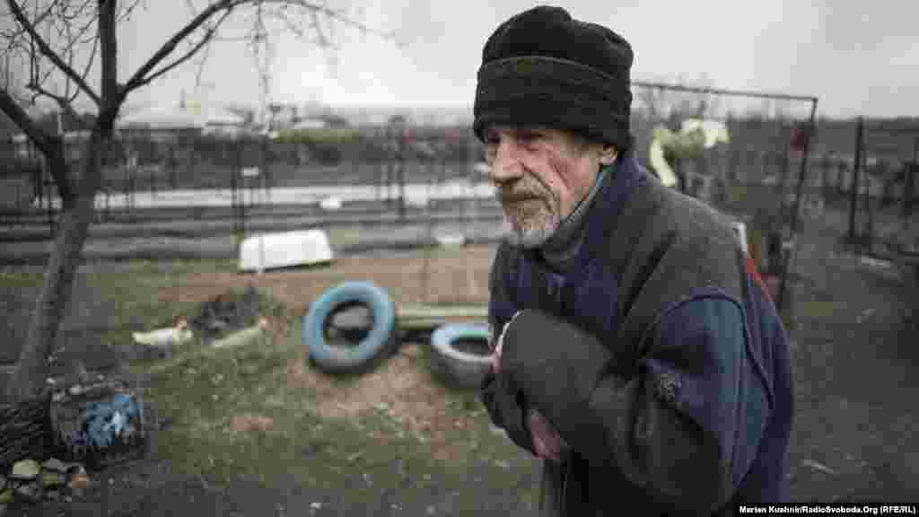 Житель Сизого. Це чоловік Валентини. Оин із небагатьох, хто залишився у тому «апендиксі» між Росією, підконтрольною Україні територією та землею, яку контролюють проросійські бойовики. В Сизому всього 10 людей залишилося, із них вісім – пенсіонери