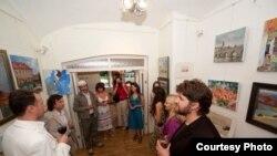 Під час відкриття виставки в галереї «Зузук» у Празі. (Фотографії Володимира Погойди)