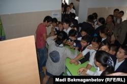 Үзіліс кезінде мектеп асханасы буфетіне тамақ алуға келген оқушылар. Алматы, 13 қыркүйек 2013 жыл.
