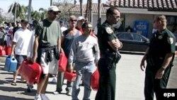 Полиция Палм-Бич (Флорида) не дает бушевать страстям в очереди за бензином