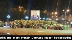 Ислам Каримовтің портретіне қойылған гүлдер. Әндіжан, 5 қыркүйек 2016 жыл.