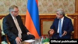 Президент Армении Серж Саргсян (справа) принимает специального представителя ЕС по вопросам Южного Кавказа и кризиса в Грузии Герберта Зальбера, Ереван, 6 июля 2016 г.