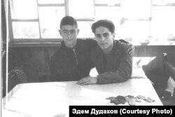 Братья Руззет и Мугаррем встретились после 6 лет разлуки. Узбекистан, г. Ангрен, примерно 1954 год