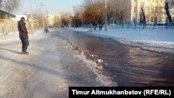 Павлодардағы су құбыры апатынан көшеге жайылған су. 13 ақпан 2017 жыл.