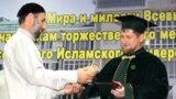 Глава Чечни Рамзан Кадыров (справа)