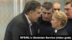 Михаил Саакашвили жана Юлия Тимошенко сот залынан көрүшүүдө