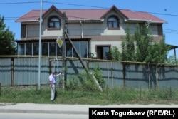 Алихан Рамазанов показывает на столб, к которому, по его словам, во время Шаныракских событий был привязан полицейский, который затем погиб от полученных ожогов. Алматы, 29 июня 2018 года.