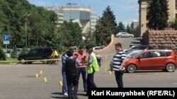 Сотрудники полиции на месте, где была стрельба. Алматы, 18 июля 2016 года.