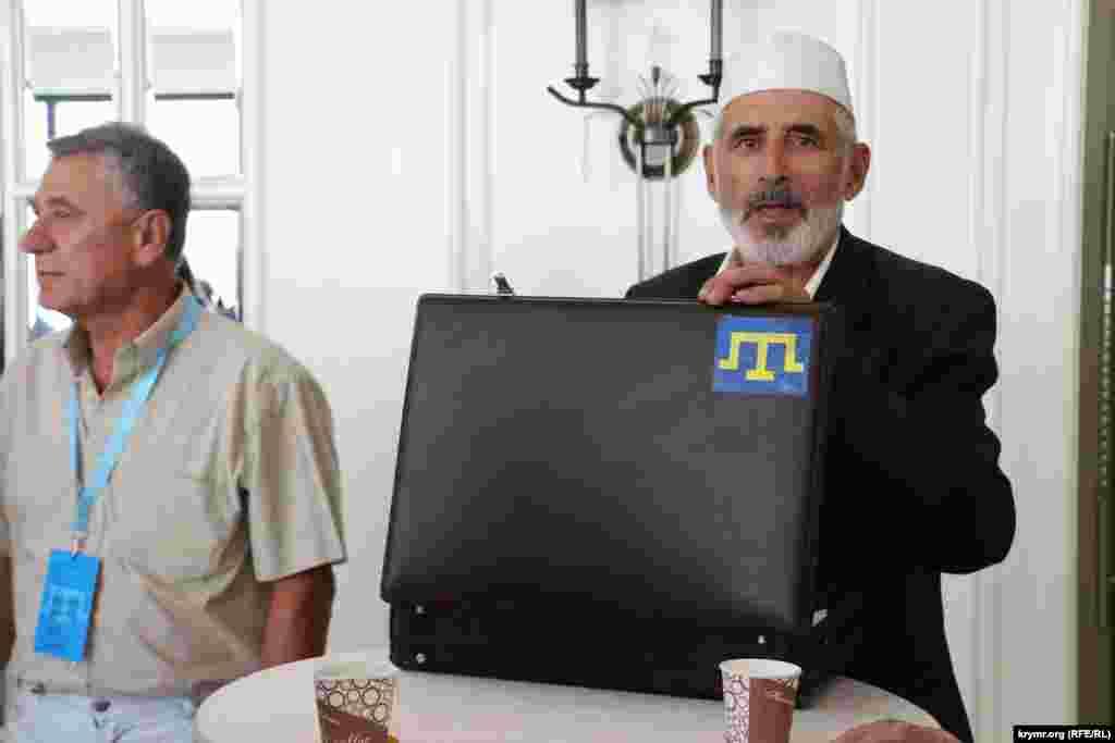 На валізі наклейка з тамгою Гіреїв - символом кримськотатарського народу