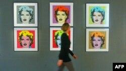 Kate Moss në fotografitë në mur.