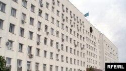 Акимат Атырауской области находится в этом массивном здании на берегу реки Урал.