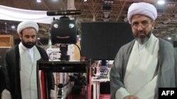 Иранские духовные лица на открытии выставки Robo-Cup в Тегеране, апрель 2012