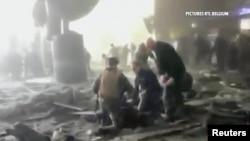 نیروهای امدادی در حال کمک به یکی از مجروحان حمله به فرودگاه بروکسل