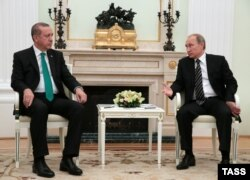 Russian President Vladimir Putin (right) meets with Turkish President Recep Tayyip Erdogan in Moscow on September 23.
