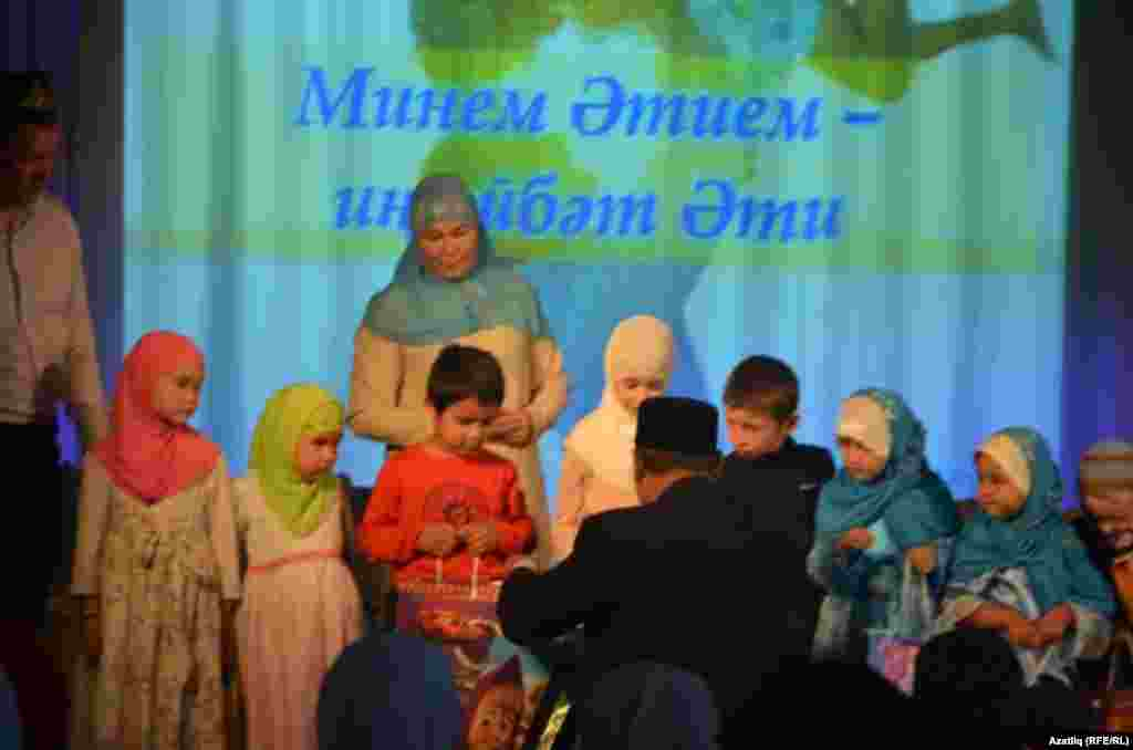 Галимҗан хәзрәт балаларны бүләкли