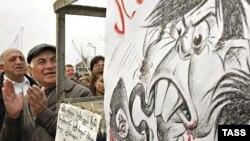 Оппозиция долго рассчитывала прижать Саакашвили (на плакате в карикатурном виде) при помощи Запада, но разочаровалась и в последнем. Акция протеста у посольства США