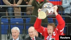 Капитан сборной Канады Кори Перри с Кубком чемпиона мира
