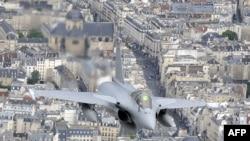 یک بوئینگ آمریکایی در آسمان فرانسه.عکس تزئینی است.