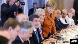 Премьер-министр Турции Ахмет Давутоглу (четвертый слева), канцлер Германии Ангела Меркель (четвертая справа) и другие лидеры Евросоюза на саммите ЕС - Турция. Брюссель, 7 марта 2016 года.