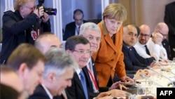 Turkiya Bosh vaziri Ahmad Dovudo'g'li, Germaniya Kansleri Angela Merkel va boshqa mulozimlar.