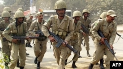 سربازان ارتش پاکستان در جریان یک عملیات علیه ستیزه جویان طالبان.