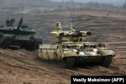 Российский танк «Терминатор-2» (на переднем плане) на совместных российско-белорусских учениях «Запад-2017». Ленинградская область, 18 сентября 2017 года.
