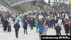 Люди идут к центру Киева, чтобы почтить память погибших на Майдане два года назад. 20 февраля 2016 года.