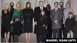 Избранный президент США Дональд Трамп с членами своей семьи рядом с мемориалом Линкольна в Вашингтоне. 19 января 2017 года.