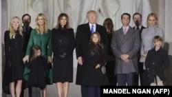 Дональд Трамп отбасы мүшелерімен бірге Вашингтондағы Линкольн мемориалында. Вашингтон, 19 қаңтар 2017 жыл.