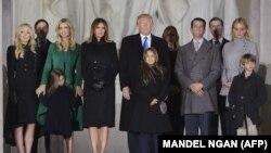آقای ترامپ، همسرش ملانیا، و اعضای خانوادهاش در بنای یادبود آبراهام لینکلن