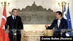 Yunanıstanın baş naziri Aleksis Tsipras (sağda) və Türkiyə prezidenti Recep Tayyib Erdoğan dekabrın 7-də Afinada keçirilmiş mətbuat konfransında