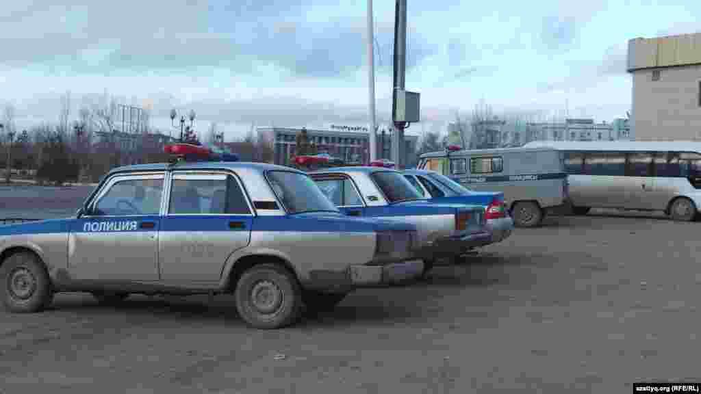 Полицейские машины на центральной площади Жанаозена.