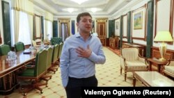 Президентът Зеленски в кабинета си, който иска да изостави.