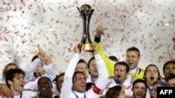 جام قهرمانی در دستان پائولو مالدینی ، کاپیتان کهنه کار آ ث میلان قرار گرفت.