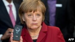 Ангела Мэркель трымае з руках мабільны тэлефон
