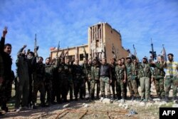 Бойцы армии Башара Асада празднуют захват маленького города