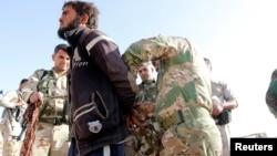 """Иракта түрк кошуундары колго түшүргөн """"Ислам мамлекети"""" экстремисттик тобунун мүчөсү. 5-октябрь, 2017-жыл."""