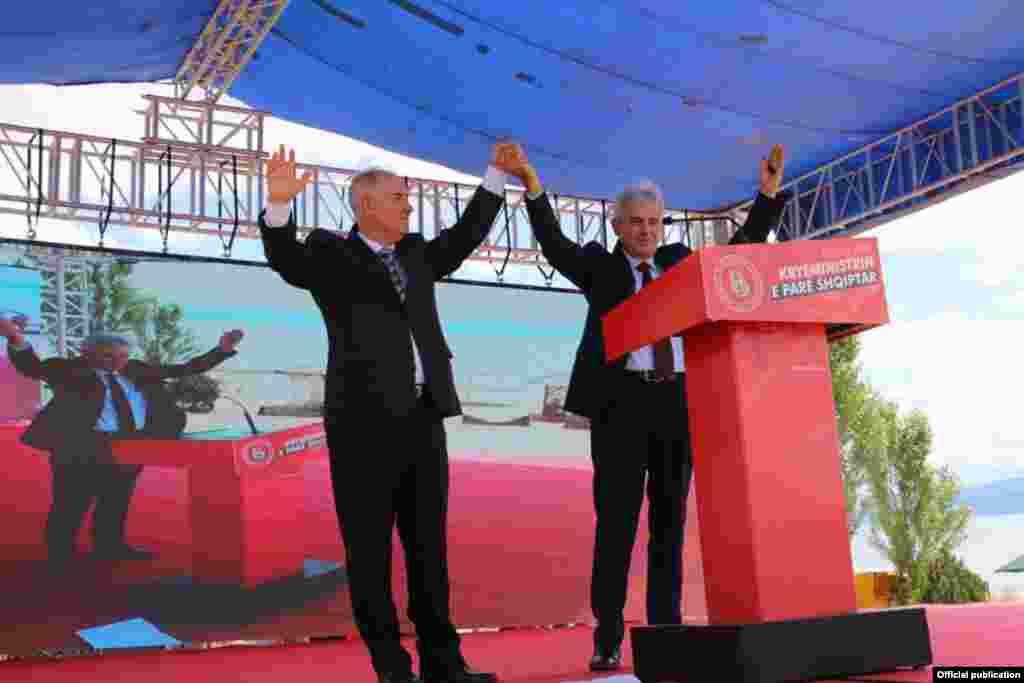 Претседателот на ДУИ, Али Ахмети во предизборна кампања и кандидатот на ДУИ за премиер Насер Зибери.