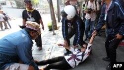 مردم یکی از زخمیها را از محل حادثه دور میکنند