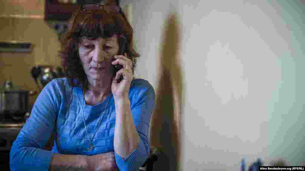 Эмине много говорит по телефону у себя на кухне