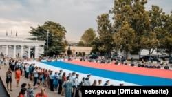 Российский флаг в центре Севастополя