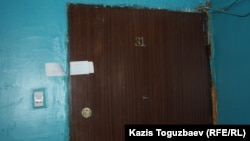 Роман Поздняков тұрған үйдің есігі. Алматы, 21 наурыз 2014 жыл.