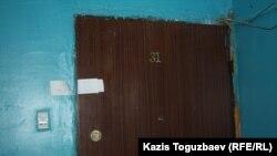 Дверь в квартиру, в которой проживал подорвавшийся на гранате Роман Поздняков. Алматы, 21 марта 2014 года.