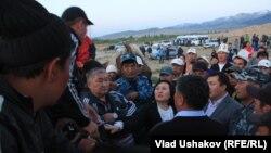 Депутаты ведут переговоры с участниками митинга в Джети-Огузском районе, 30 мая 2013 года.