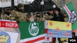Представители чеченской диаспоры проводят пикет у посольства России. Киев, 23 января 2016 года.