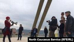 Активисты обозревают окрестности парка, где планируется построить собор Александра Невского