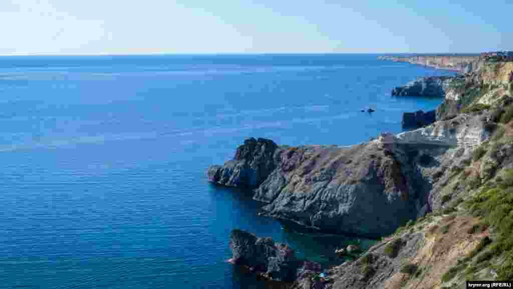 Береговая линия изрезана множеством бухт, в которых расположены небольшие галечные пляжи