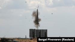 Противовоздушная российская система S-300 запускает ракету во время военных учений возле Астрахани. 19 июня 2019 год.