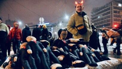 Lutke sa likom predsednika Srbije Aleksandra Vučića na protestu u Beogradu