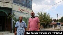 Адвокат Николай Полозов вместе с Ибрамом Кашка, возле кафе Марканд, где в ноябре прошлого года задерживали Веджие Кашка и группу крымскотатарских активистов